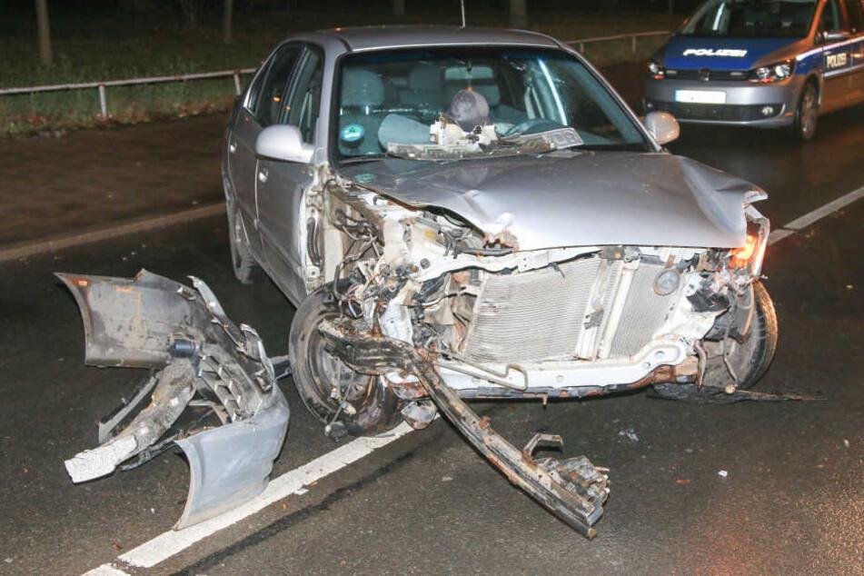Der Wagen blieb komplett zerstört auf der Straße stehen.