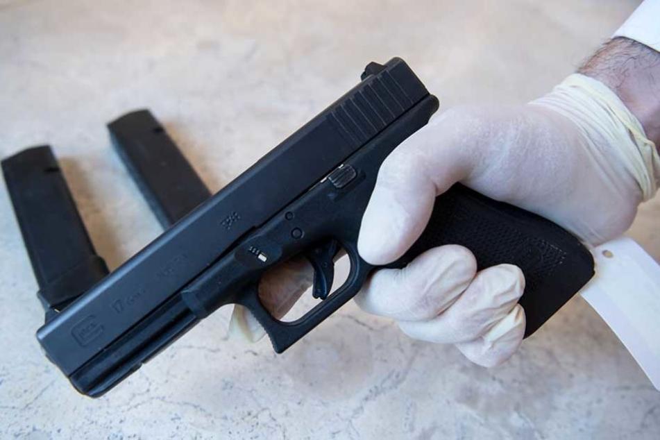 Fünf solcher halbautomatischer Glock-Pistolen orderte der IT-Experte.