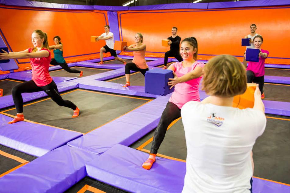 Alle Übungen werden auf oder mithilfe des Trampolins durchgeführt.