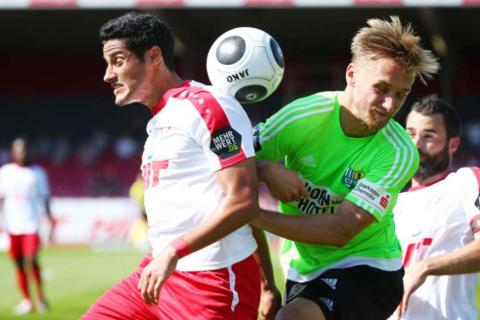Björn Joepk (r.) kämpft um einen Stammplatz im Mittelfeld. Hier versucht er, Kölns Hamdi Dahmani vom Ball zu trennen.