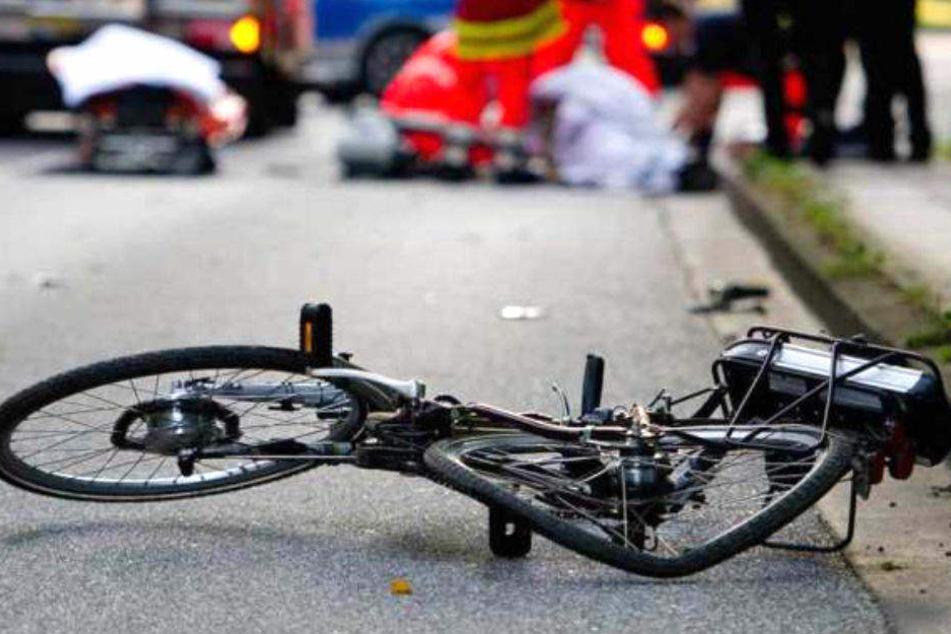 Beim Abbiegen: Lastwagen erfasst Radfahrerin (29) und verletzt sie schwer