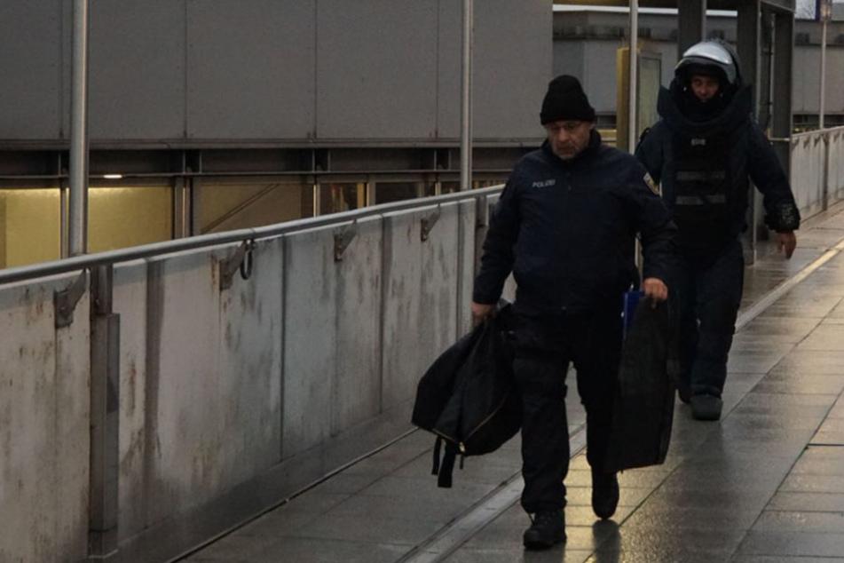Spezialkräfte der Bundespolizei überprüfen den verdächtigen Gegenstand.