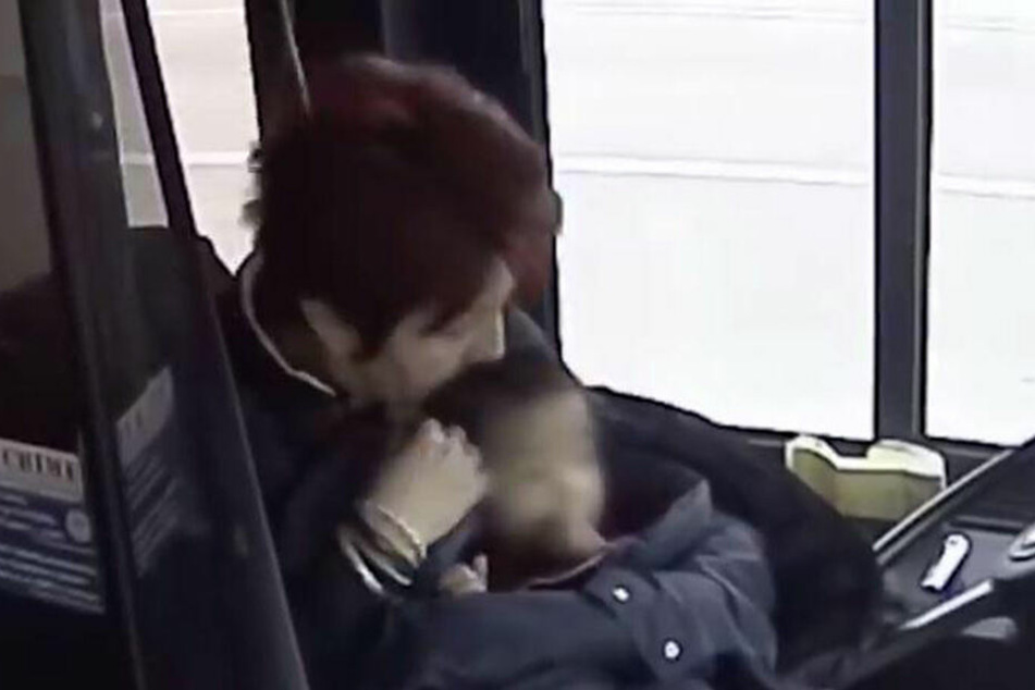 Irena Ivic hält das Kind sicher im Arm.