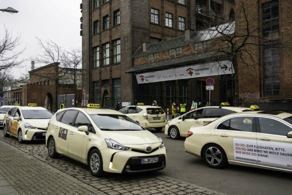 Taxis stehen vor dem Impfzentrum in der Treptow Arena, in dem gegen das Coronavirus geimpft wird.
