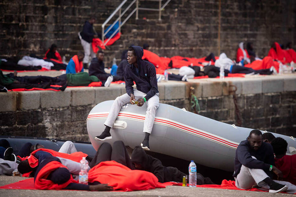 Flüchtlinge ruhen sich im Hafen von Tarifa aus, nachdem sie in der Straße von Gibraltar durch den spanischen Seerettungsdienst gerettet wurden.