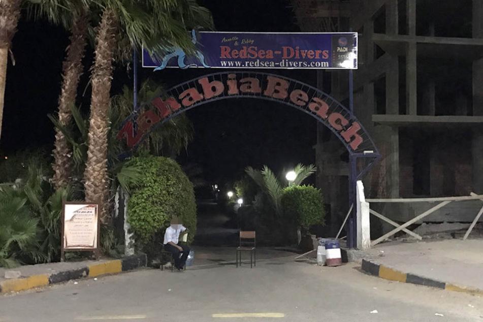 Der Eingang zu der Hotelanlage, in dem die Messerattacke stattfand.