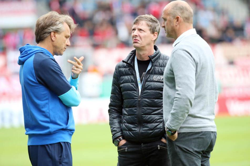 Will demonstrieren, dass der CFC eine Einheit ist: Trainer Horst Steffen, hier mit Aufsichtsratschef Uwe Bauch (M.) und Sportvorstand Steffen Ziffert beim DFB-Pokalspiel gegen den FC Bayern.