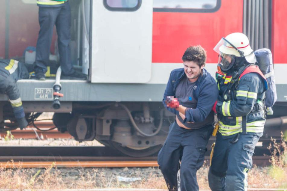 Fast könnte man meinen, dieser Verletztendarsteller hätte ernsthaft Schmerzen...