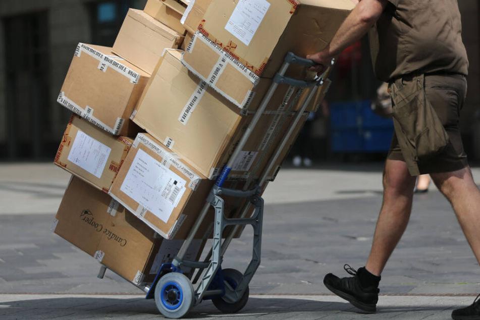 Weil der 33-Jährige im Urlaub war, öffnete ein Angehöriger das Paket. (Symbolbild)
