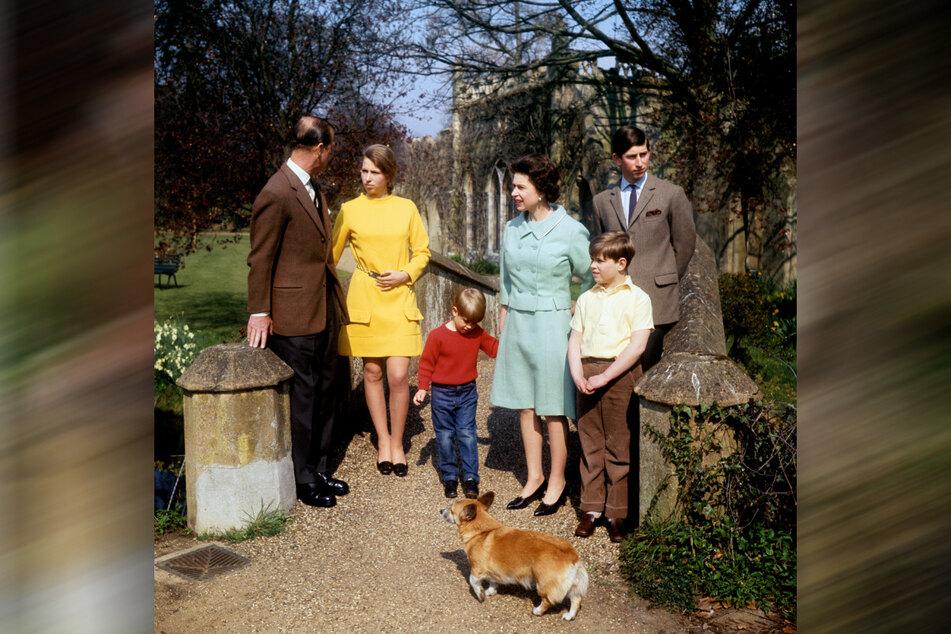 21. April 1968: Königin Elizabeth II. (3.v.r.) und Prinz Philip (l) mit ihren Kindern Prinz Charles (r), Prinz Andrew (2.v.r.), Prinz Edward (M), Earl of Wessex und Prinzessin Anne auf dem Gelände von Frogmore.