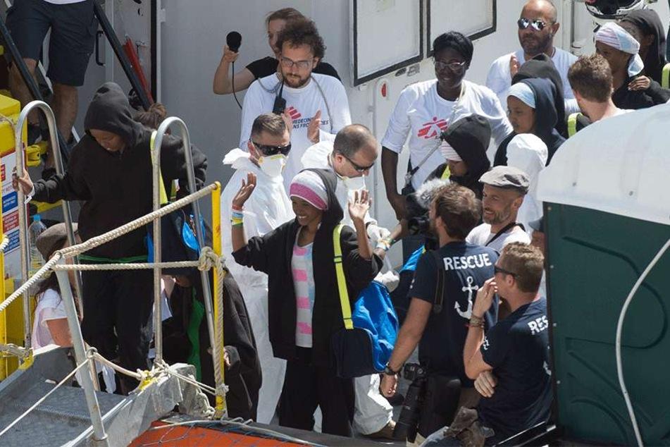 Malta: Migranten warten darauf von Bord des Rettungsschiffs Aquarius im Hafen von Senglea zu gehen.