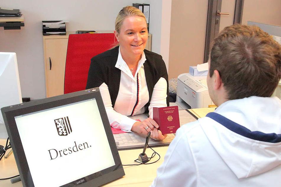 Viele Dresdner, die zu Denise Kaldewey (44) ins Bürgerbüro Neustadt kommen, haben vorab im Netz einen Termin vereinbart.