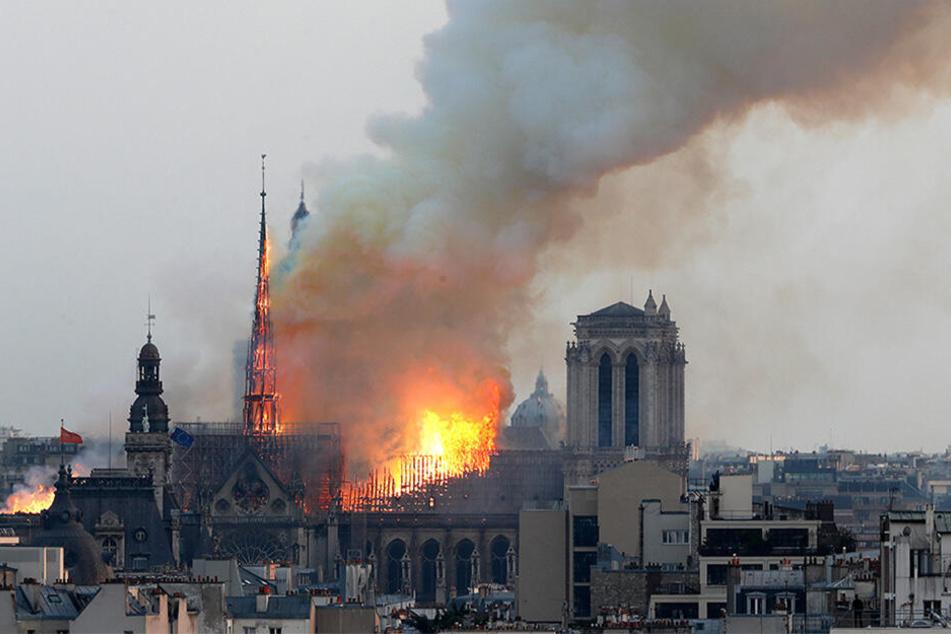 Flammen und Rauch steigen am 15.04.2019 von einem der berühmtesten Wahrzeichen der Welt, der Pariser Kathedrale Notre-Dame, auf.