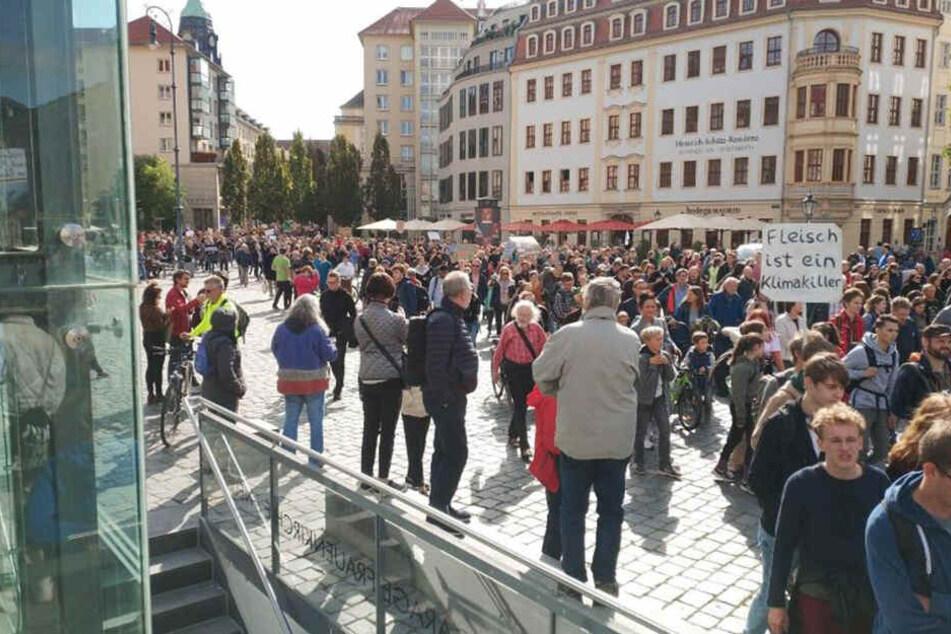 Auch der Neumarkt ist jetzt in den Händen der Demonstranten-Massen.