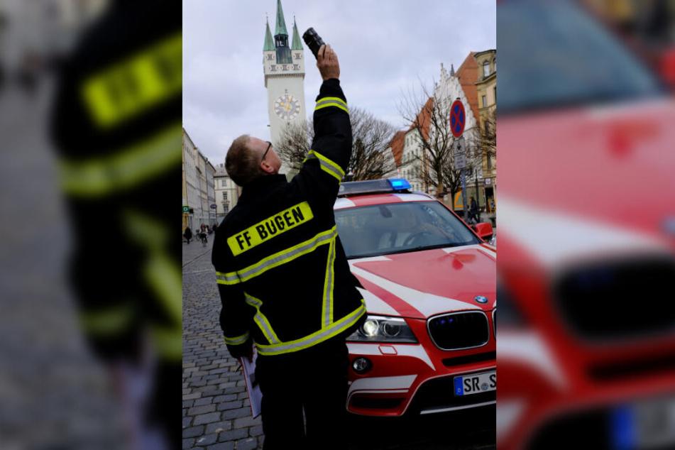 Ein Feuerwehrmann misst in der Innenstadt mit einem Gasmessgerät die Ammoniakkonzentration in der Luft.