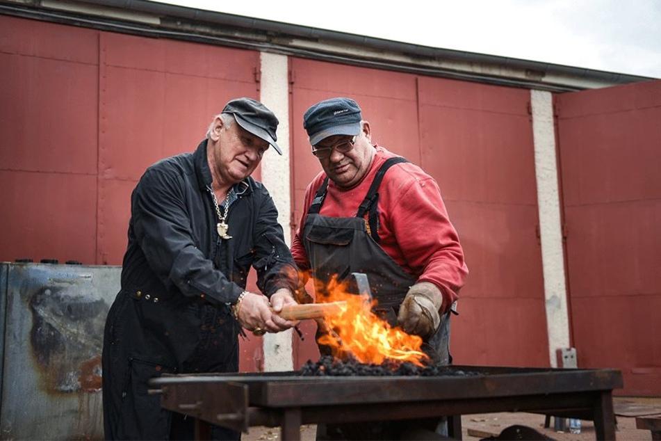 Haben ein heißes Eisen im Feuer: Mario Müller-Milano (69, l.) und Wladek Prus  (63) richten die Zeltanker.