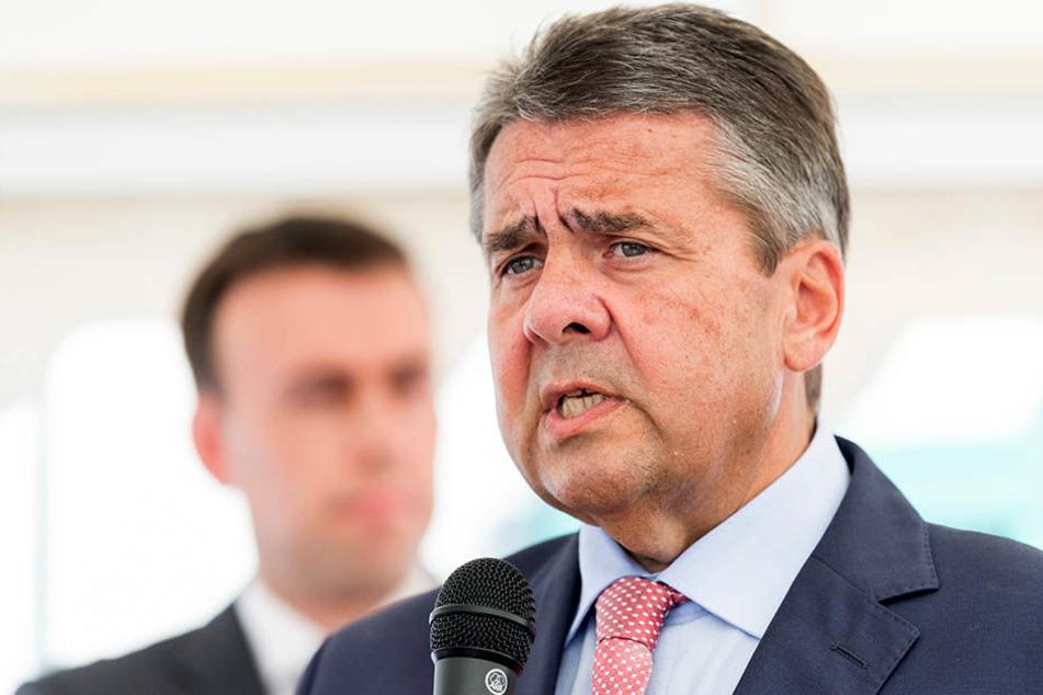 """Außenminister Sigmar Gabriel ist bei einem SPD-Wahlkampftermin in Halle mit Pfiffen und """"Hau ab""""-Rufen empfangen worden. (Archivbild)"""