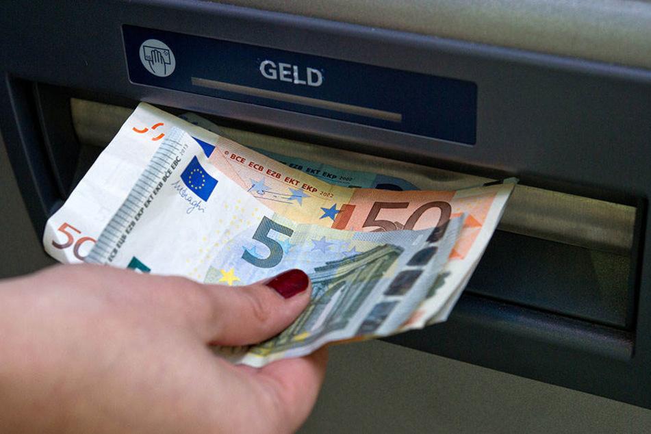 Ein Renter hat in einem Bankautomat 4.000 Euro vergessen. Ein anderer Kunde steckte das Geld ein. (Symbolbild)