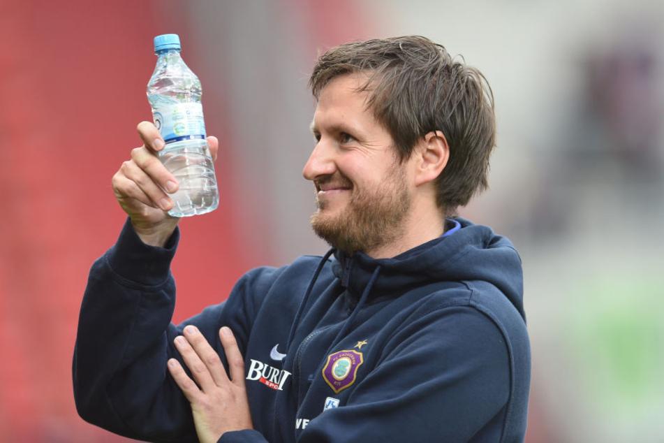 Flasche leer? Flasche voll! Hannes Drews erlebte in Ingolstadt einen erfolgreichen Einstand als Auer Cheftrainer.