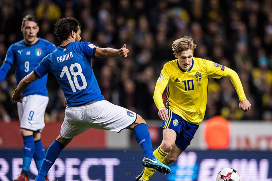Der Italiener Marco Parolo (links) hat gegen Schwedens Emil Forsberg (rechts) das Nachsehen.