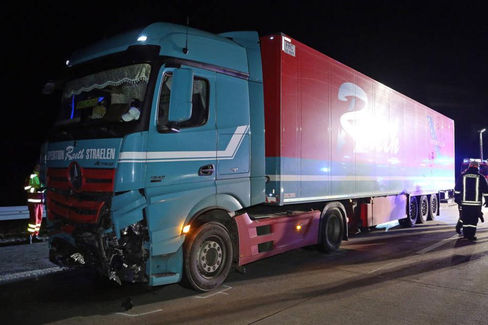 Der Lkw konnte dem ersten Unfall nicht mehr ausweichen und schob den Opel Astra in die Mittelleitplanke.