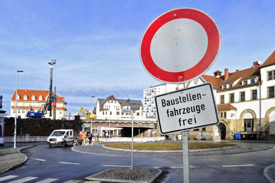Die Stadt lässt den Kreisverkehr am Südbahnhof bis Mittwoch sanieren.