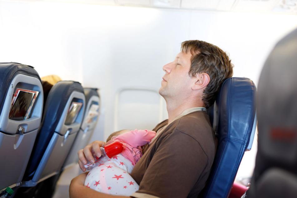 Während eines Nickerchens im Flugzeug passiert einiges im menschlichen Körper.
