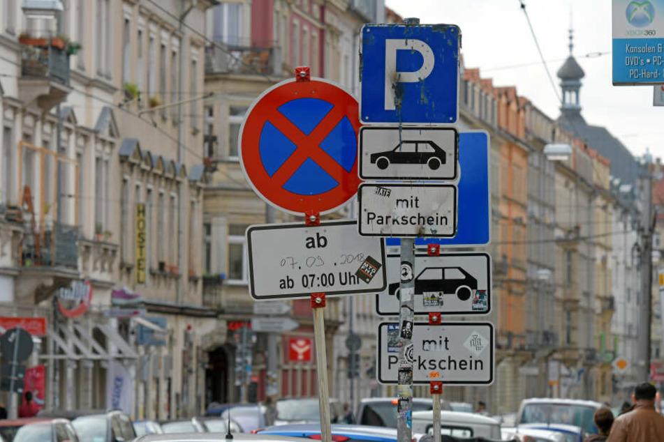 Die verwirrenden Verkehrsschilder, die auf der Rothenburg Straße in der Dresdner Neustadt stehen.