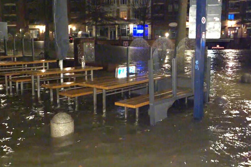 Hamburg: Land unter! Schwere Sturmflut hat Hamburg weiter im Griff