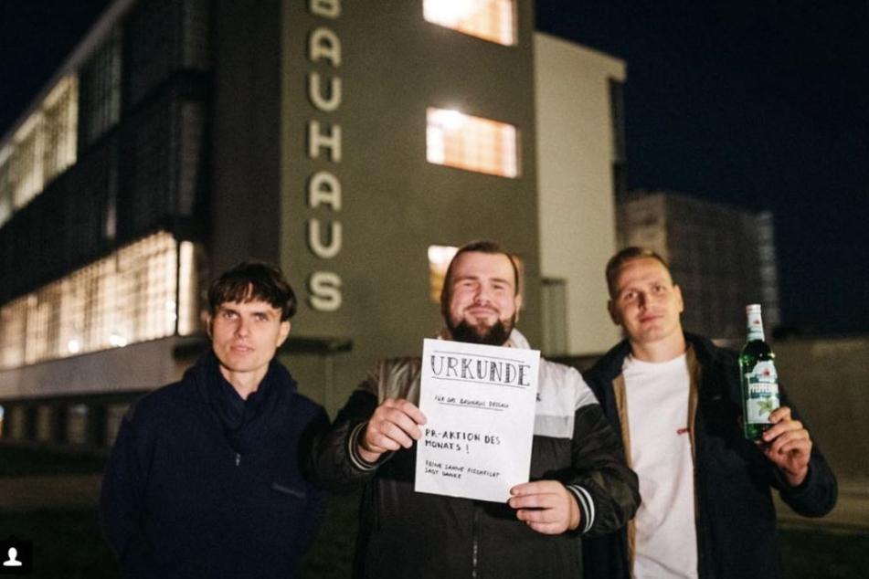 """Nach der Konzertabsage des Bauhaus Leipzig übergab die Band den Verantwortlichen eine Urkunde für die """"PR-Aktion des Monats""""."""