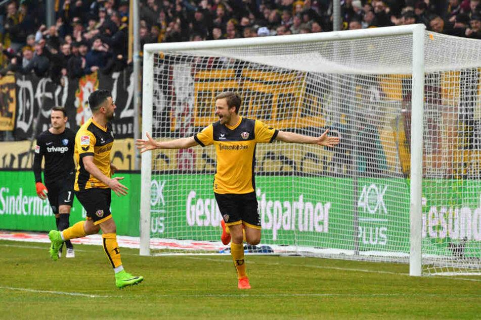 Lucas Röser (re.) verwandelte den Strafstoß zum 1:0.