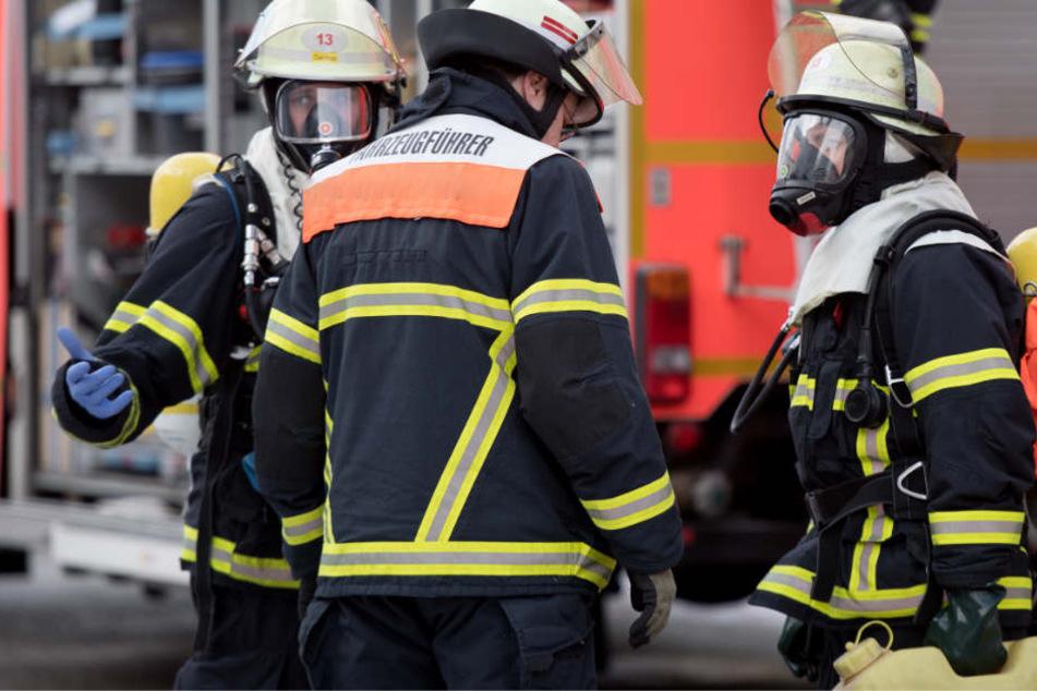 Feuer in Dachgeschoss: Verzweifelte Frau springt aus zweitem Stock