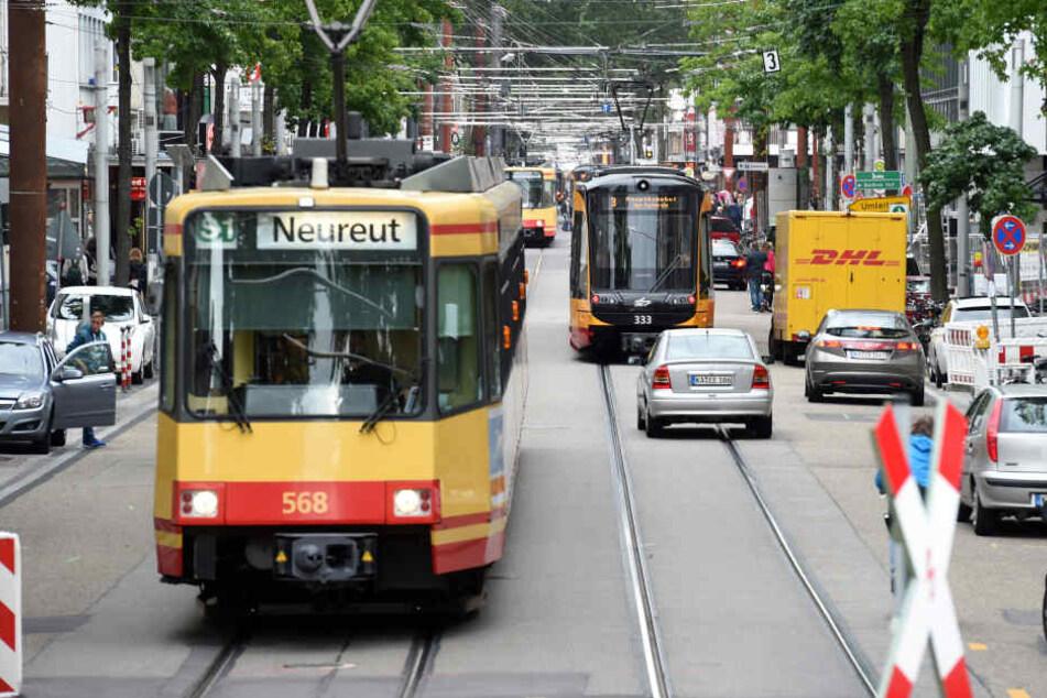 Der 23-Jährige wollte gerade über die Gleise gehen, als die Straßenbahn anfuhr. (Symbolbild)