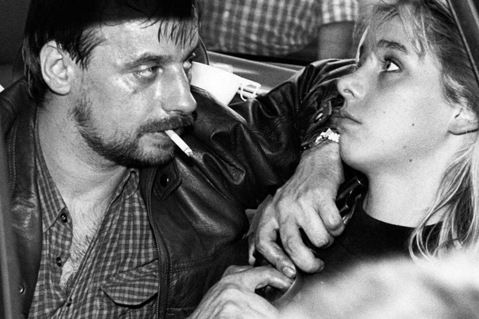 Bildquelle anzeigenDieter Degowski bedroht am 18. August 1988 in Köln die Geisel Silke Bischoff mit einer Waffe.