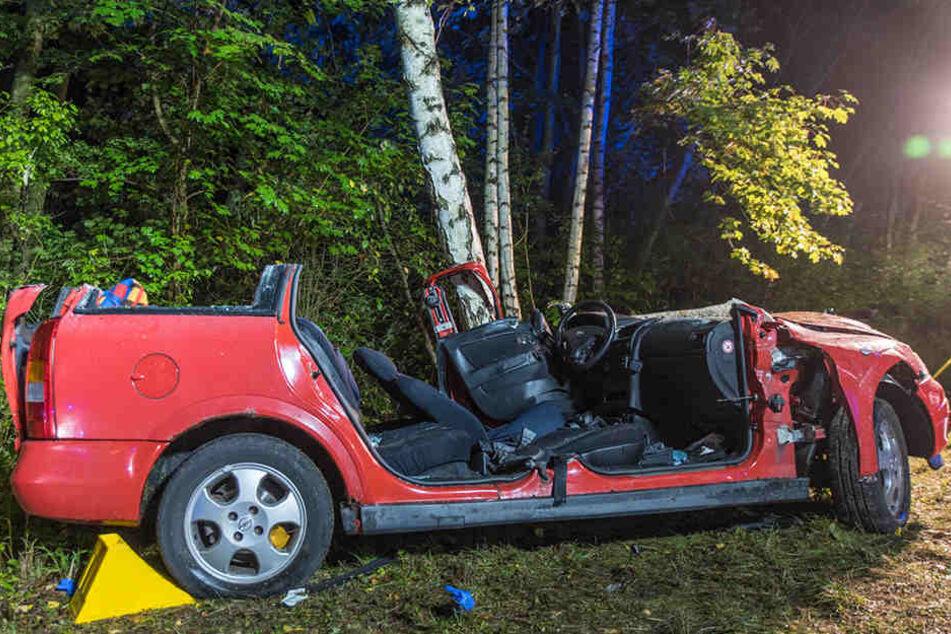 Der schwer verletzte Mann musste von der Feuerwehr aus seinem Auto befreit werden.