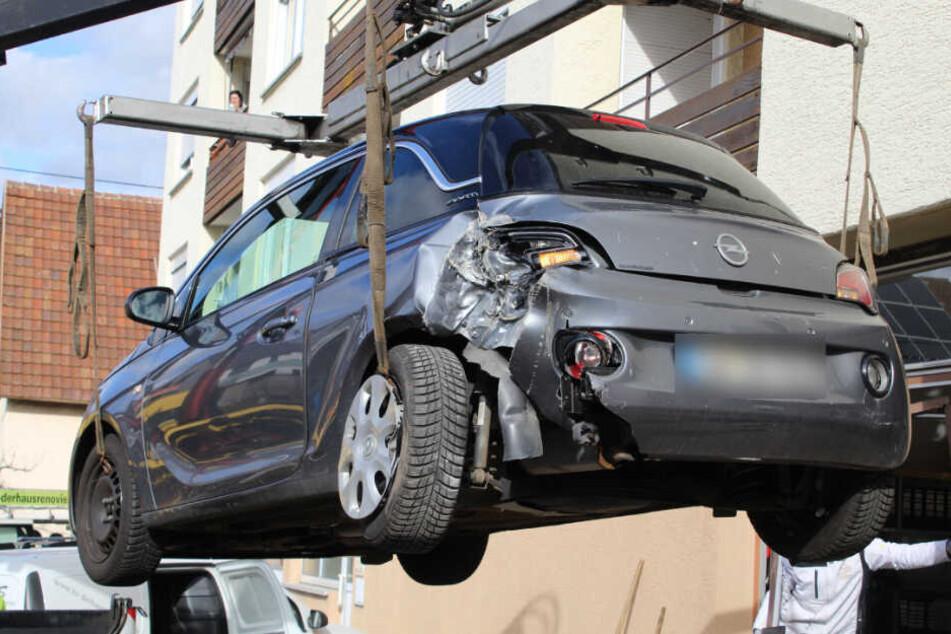 Der demolierte Opel wird abgeschleppt.