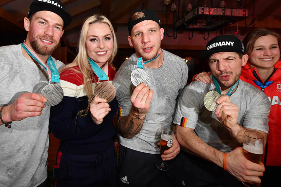 Gemeinsam mit deutschen Eishockey-Stars feierte Lindsey Vonn (2.v.l.) ihre Medaille.