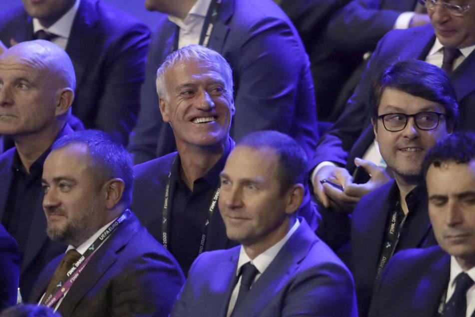 Didier Deschamps (M.), Nationaltrainer von Frankreich, freut sich über die Auslosung.