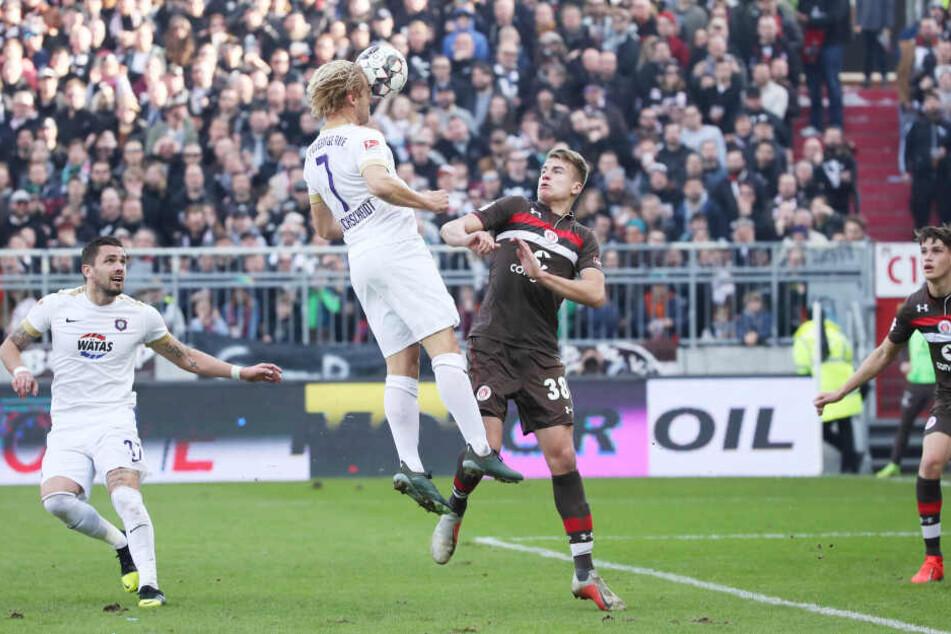 Jan Hochscheidt trifft im Februar per Kopf zum 1:1 gegen St. Pauli. Heute muss der FCE auf den gesperrten Routinier verzichten.
