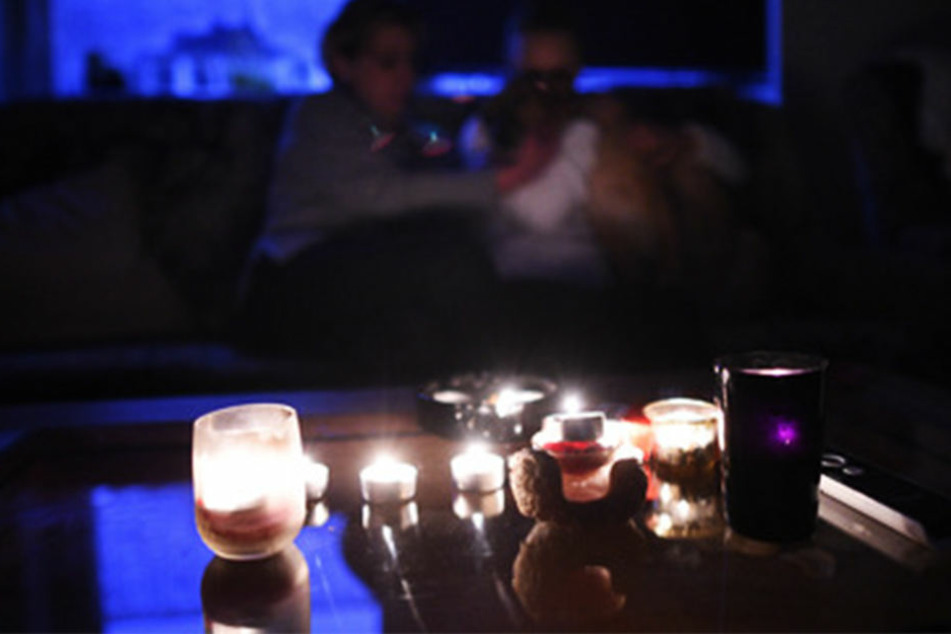 Sitzen bei Kerzenlicht und darauf hoffen, dass der Saft bald wieder angestellt wird: In Sachsen können Tausende ihren Strom nicht bezahlen. (Symbolbild)