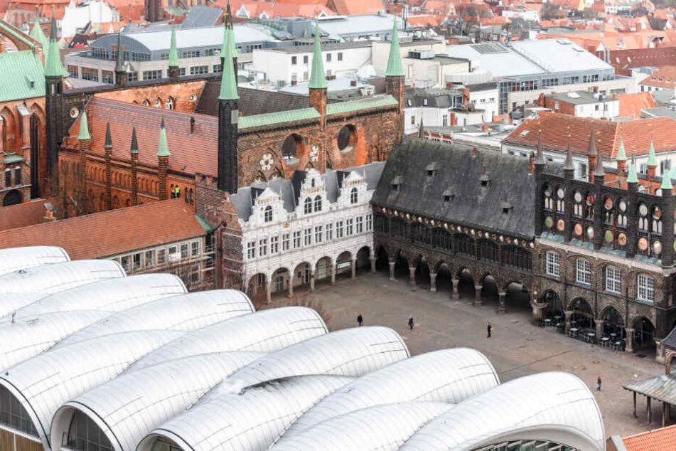 Blick auf das Lübecker Rathaus und den Marktplatz davor.