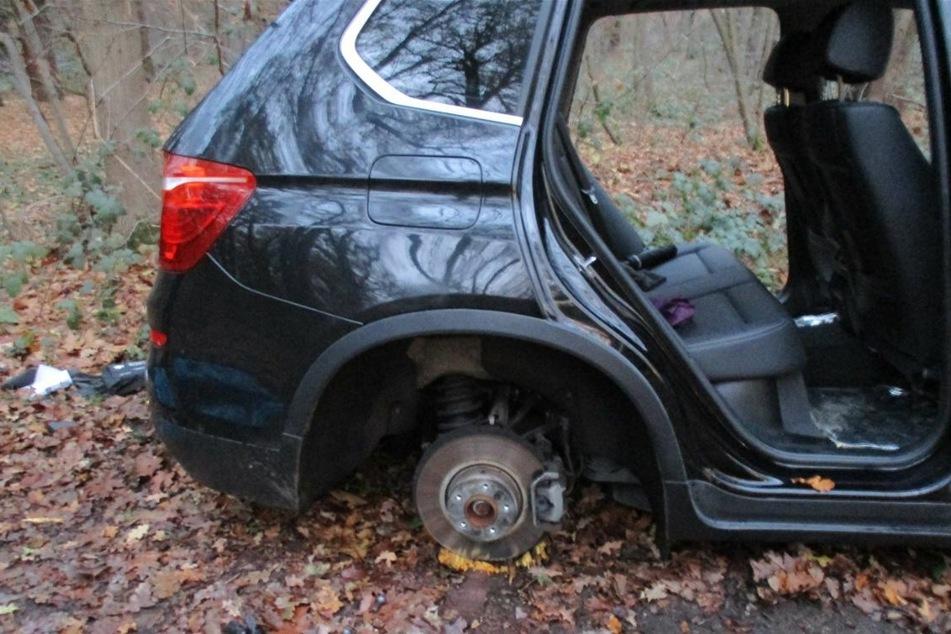 Die Diebe ließen die Autos zurück, nachdem sie zahlreiche Teile ausgebaut hatten.
