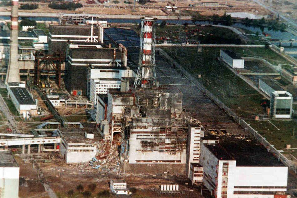 Blick auf den zerstörten Reaktor des Atomkraftwerkes vier Tage nach der Explosion.