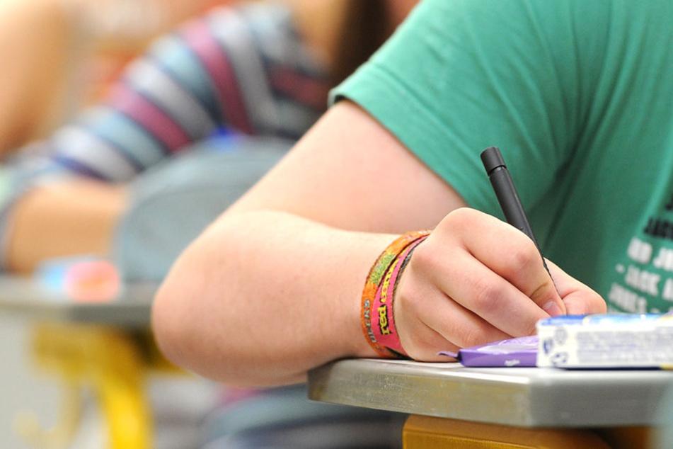 Schüler beantworten schriftlich einen Test. Nur selten bekommen sie dabei pikante Fragestellungen vorgelegt.