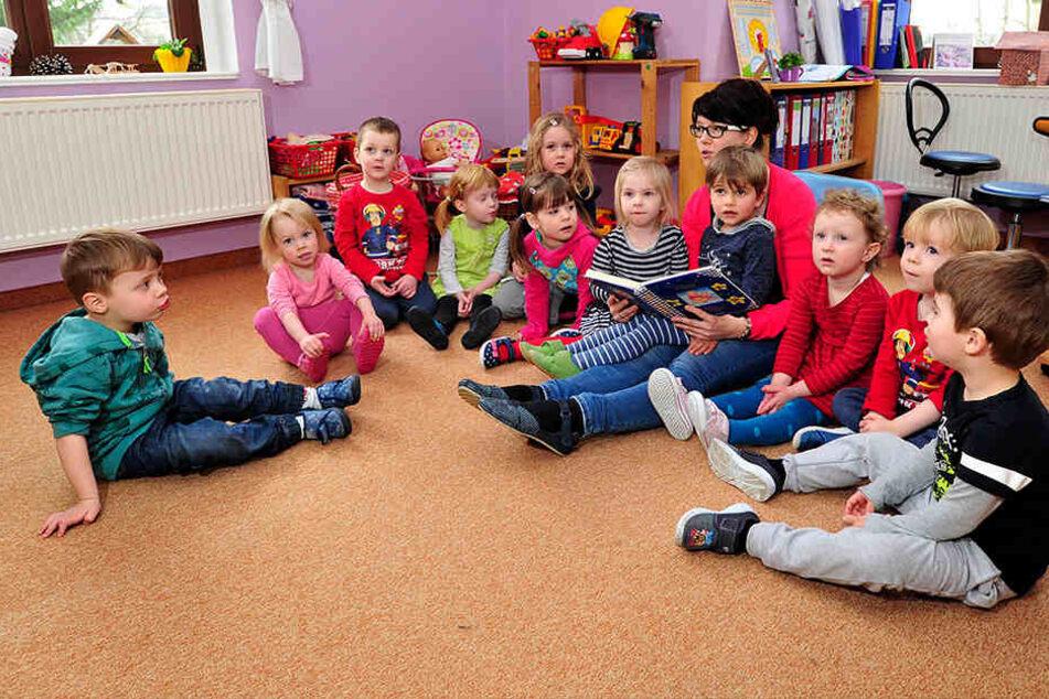 Erzieherin Jana Mitzkus (37) liest Kindern aus der Mäusegruppe vor.