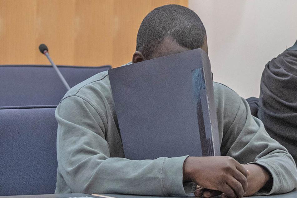 Der wegen Mordes sowie Raub mit Todesfolge Angeklagte sitzt am 11. Mai 2018 im Gerichtssaal des Landgerichts Regensburg.