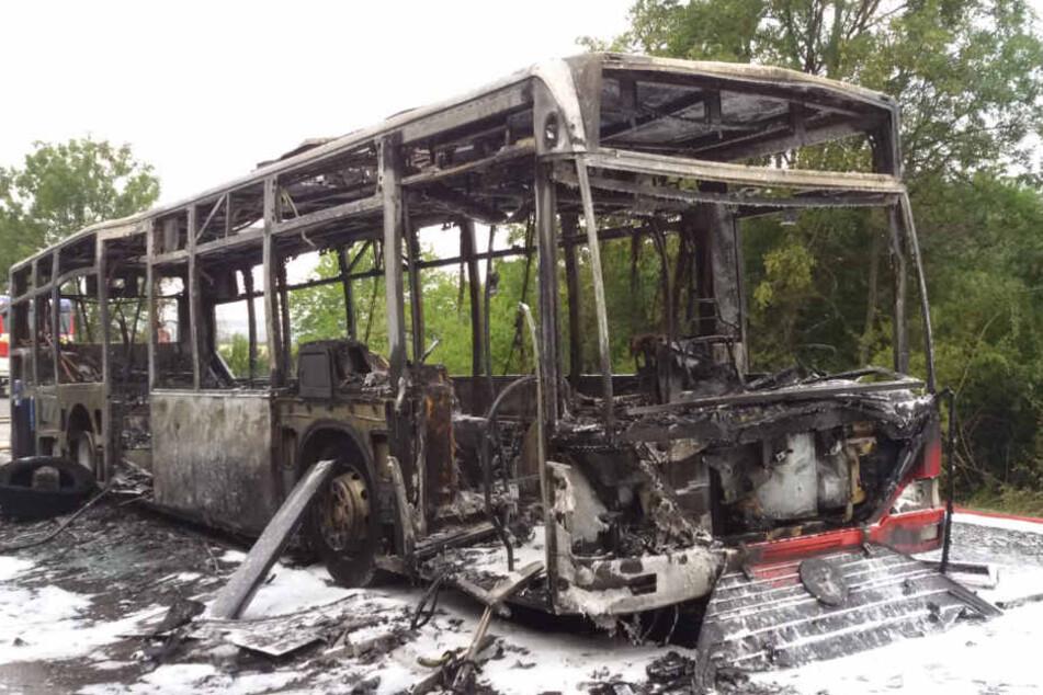 Ersten Erkenntnissen zufolge hatte der Bus Dieselkraftstoff aus dem Motorenraum verloren.