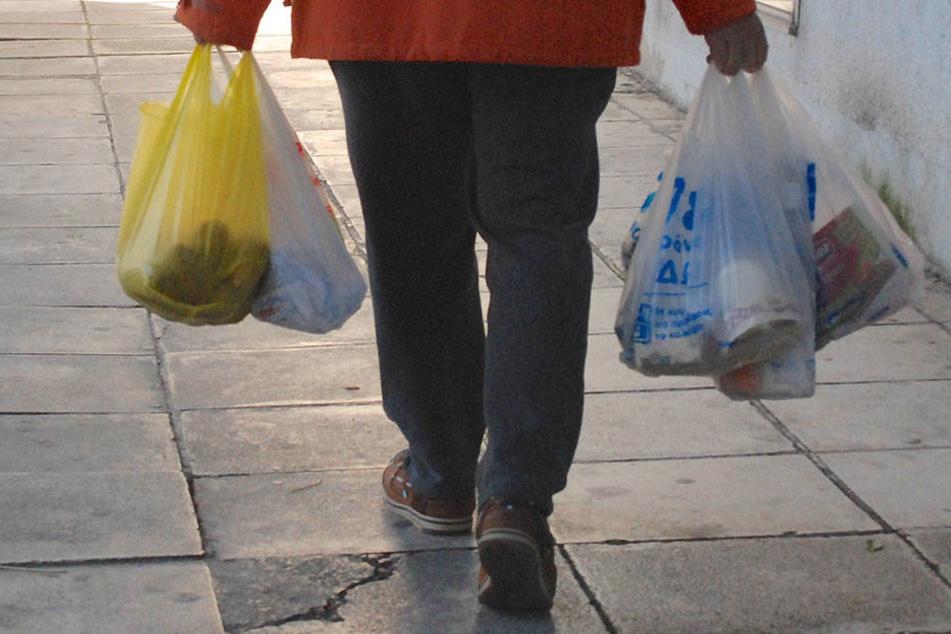 Wissenschaftler behaupten, es macht überhaupt keinen Sinn, wenn Plastiktüten durch Einwegpapiertüten ersetzt werden.