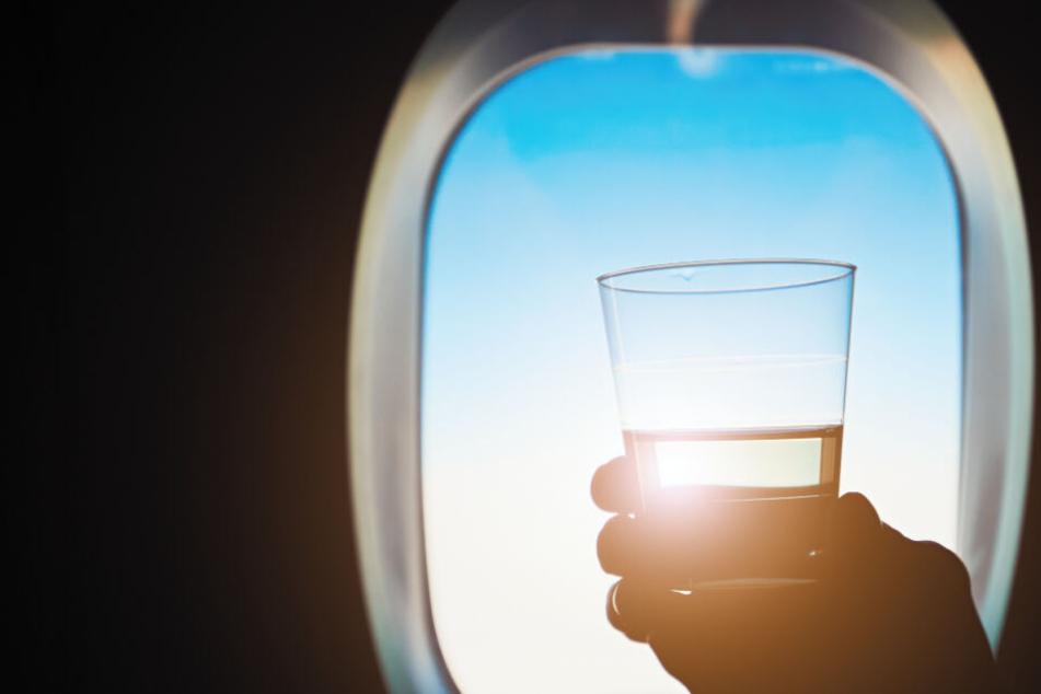 Betrunkener Easyjet-Passagier bedroht Crew und isst sein Handy