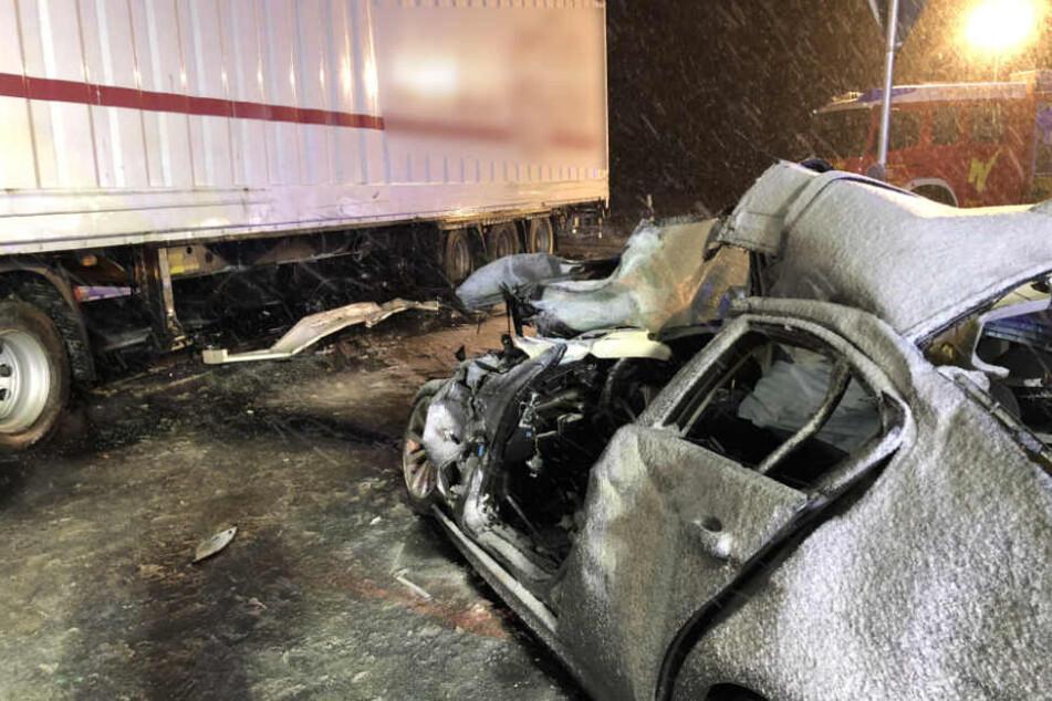 Tödlicher Unfall: Auto mit Sommerreifen rast auf schneebedeckter Straße in Laster